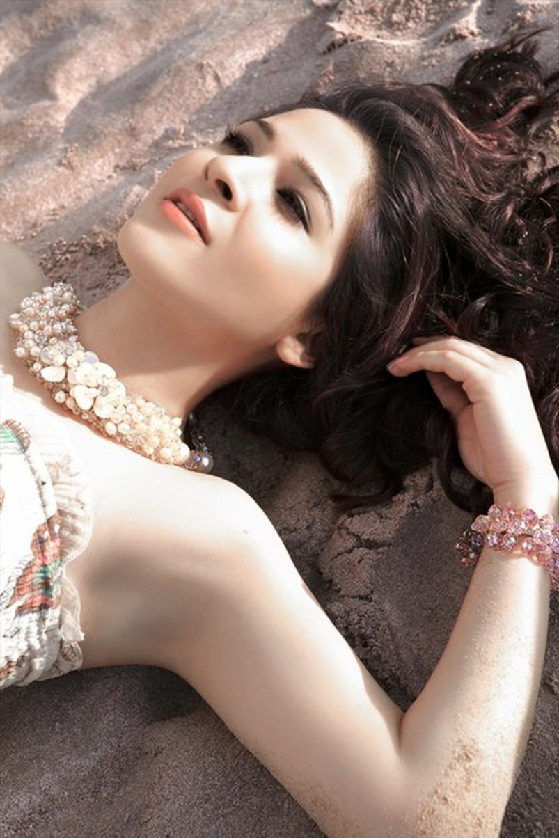 Hot Pictures of Ayesha Omer
