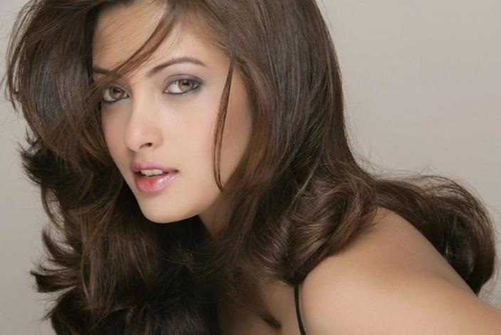 Profile of Bollywood Actress Riya Sen and HD Wallpapers for Free Download