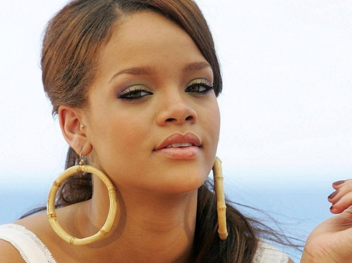 Rihanna Won Award of American Music Awards